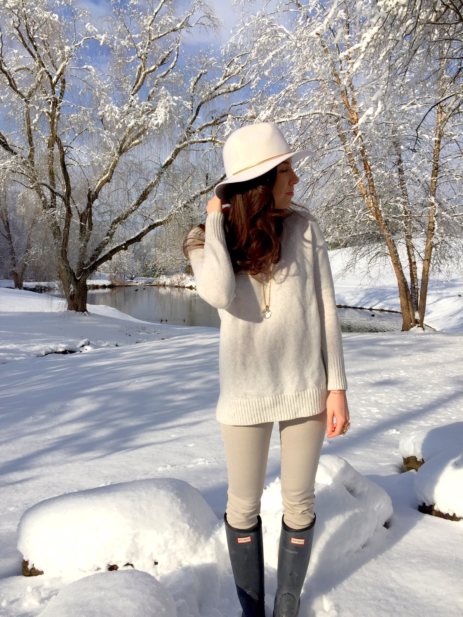 winter white | floppy hat and hunter boots | outfit idea